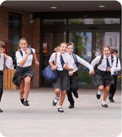 collegiens sortie de classe en uniforme ecole privee