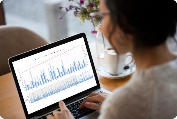 Femme analyse les données kartable sur tablette